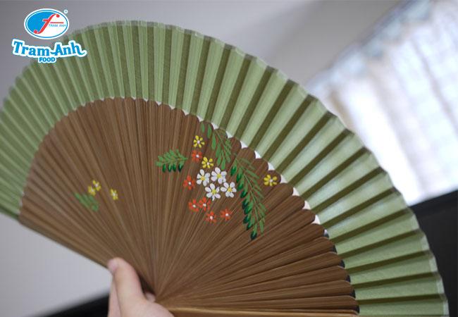 Những chiếc quạt giấy truyền thống Hàn Quốc với nhiều màu sắc, thiết kế phong phú